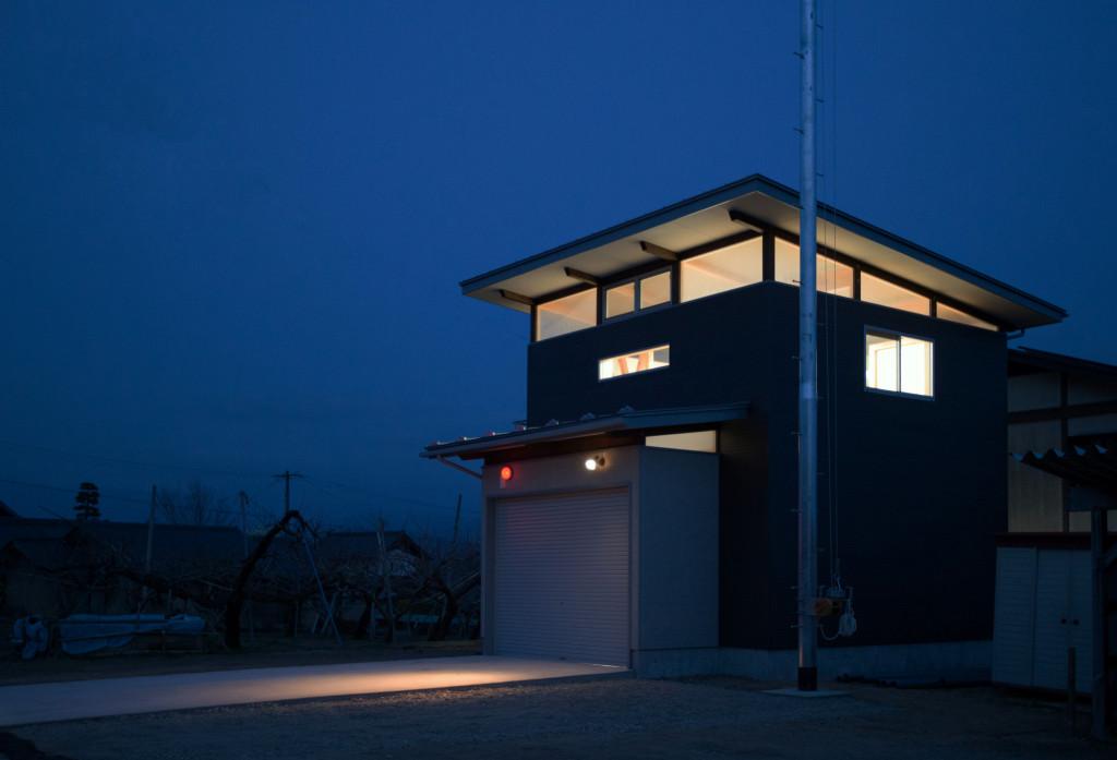 光を放つ消防詰所